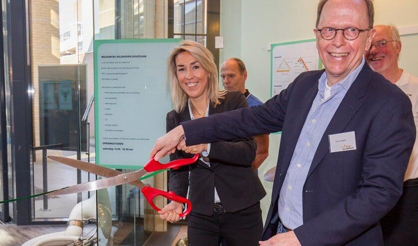 Wethouder Vivianne van Wieren en Ton Knaapen, voorzitter van Veldhoven Duurzaam tijdens de officiële opening van informatiecentrum.