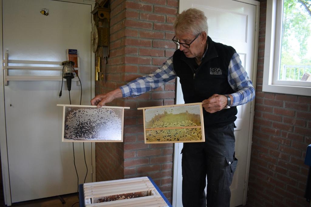 Jan Mulder toont de nieuwe kasten bedoeld voor educatiedoeleinden.  Hanneke Bloemendaal © De Veluwe Koerier