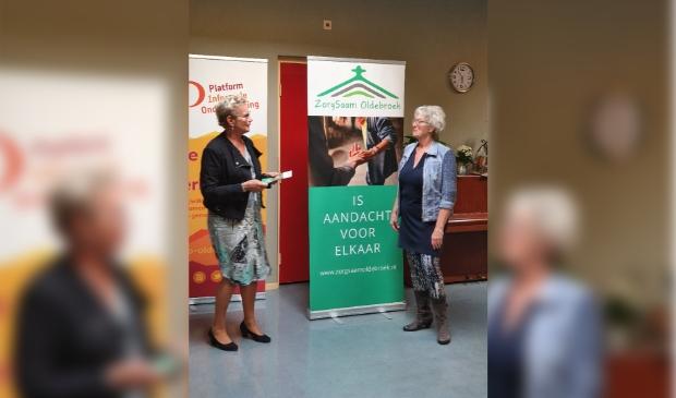 <p>&nbsp;Wethouder Liesbeth Vos en voorzitter WIlma Rietberg van ZorgSaam Oldebroek.&nbsp;</p>