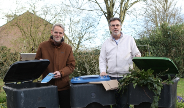 <p>&nbsp;Johan Deij (rechts) en Michiel Werner scheiden hun afval.&nbsp;</p>