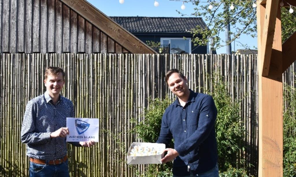 <p><strong>Raadsleden Erik Land (links) en Lennart Oosterloo (rechts) presenteren het nieuwe logo</strong></p>