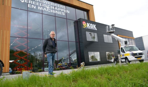 <p>&nbsp;Albert Kok bij zijn pand op Bedrijvenpark H2O.&nbsp;&nbsp;</p>