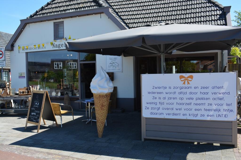 Eerbetoon aan Zwiertje.   Hanneke Bloemendaal © De Veluwe Koerier
