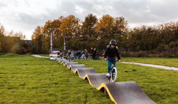 <p>De kinderen mogen over een echte Pumptrack op de BMX fiets!</p>