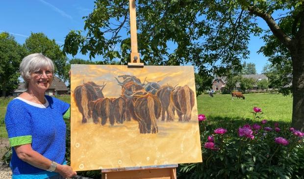 <p>Rita Dokter met één van haar schilderijen.</p>