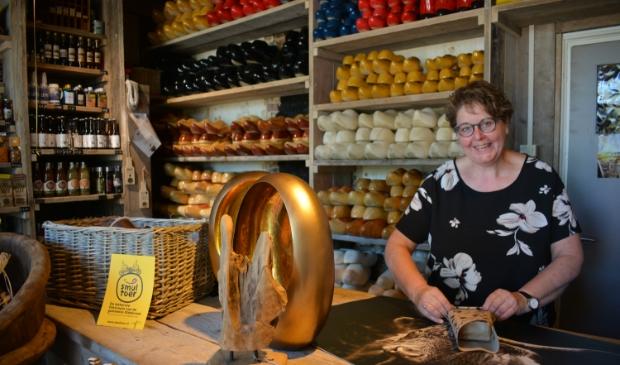 Zwiertje in haar karakteristieke winkel in Hattemerbroek.