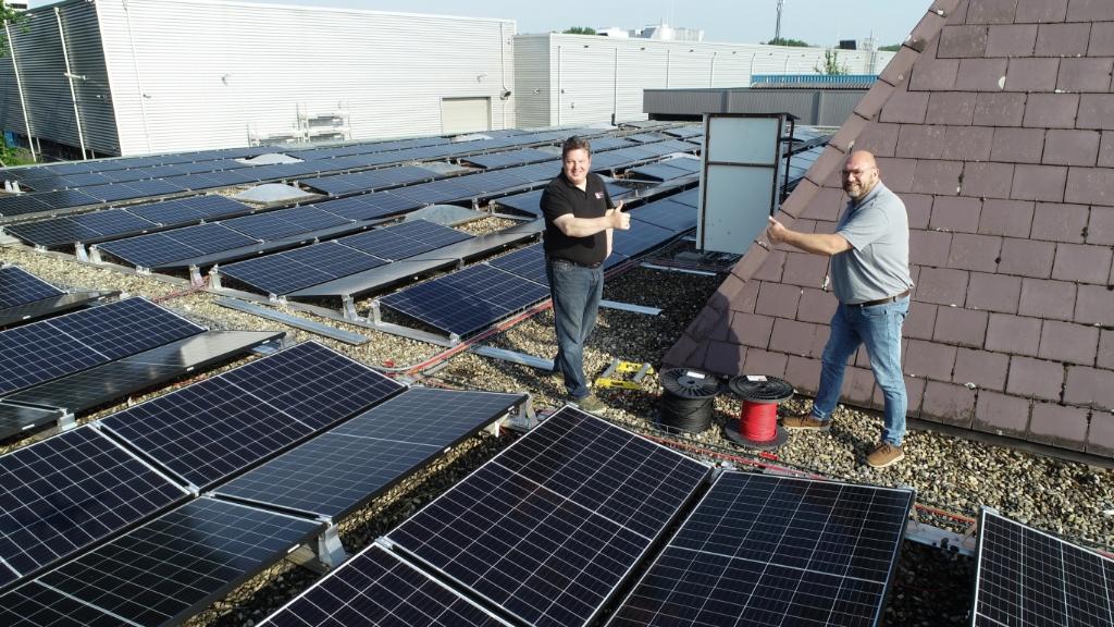 Sebus Bosch en Bertran van der Weide op het dak van Ten Cate Wonen & Slapen. Veluwe Koerier © De Veluwe Koerier