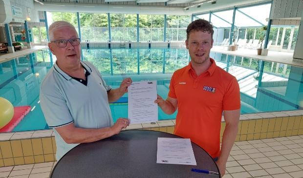 <p>Henk Stappenbeld (Loco Media Groep) en Willem Verwoerd (Zwembad de Veldkamp) ondertekenen hun nieuwe samenwerkingsovereenkomst met Goed Bezig &ndash; JOGG Oldebroek.</p>