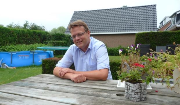 <p>&nbsp;Dominee Schuurman in de tuin van de woning in Oldebroek.&nbsp;</p>