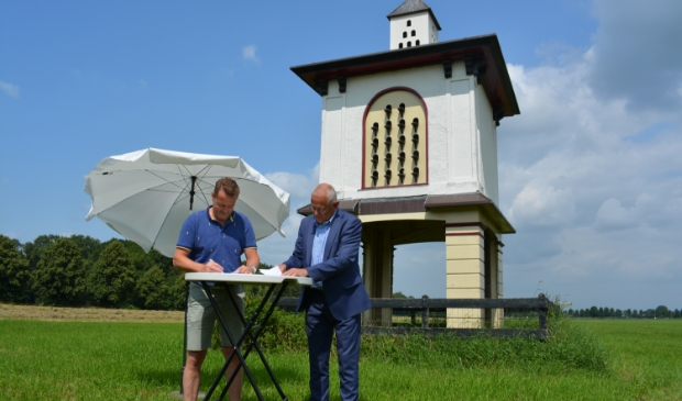 Sander de Haas, voorzitter TPO en Bob Bergkamp, wethouder.  © De Veluwe Koerier
