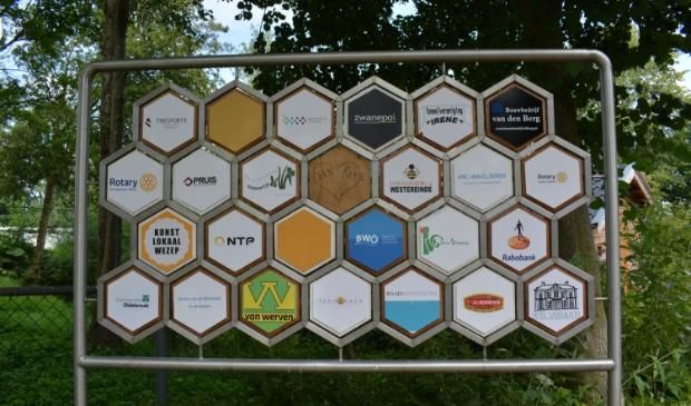 Het nieuwe sponsorbord. Hanneke Bloemendaal © De Veluwe Koerier