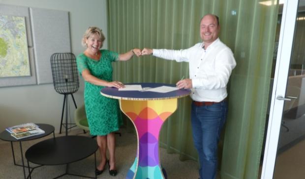 <p>Burgemeester Tanja Haseloop en Dave van de Streek, uitgever van onder andere Veluwe Koerier.</p>