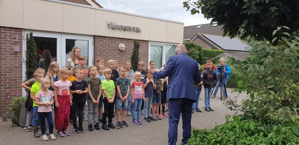 Wethouder Bob Bergkamp spreekt de schoolkinderen toe.   © De Veluwe Koerier