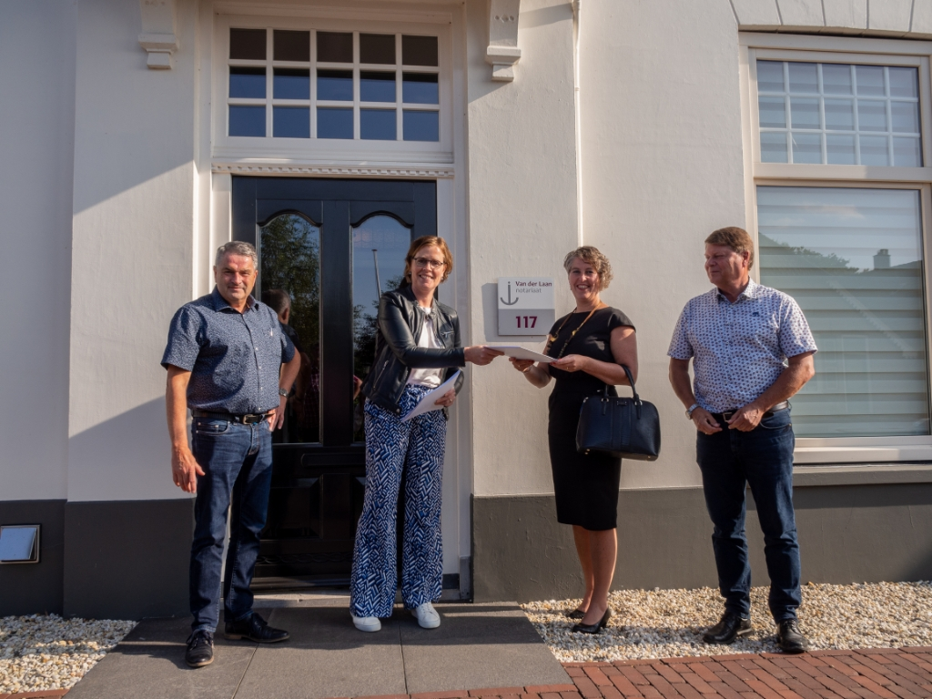 Carola van der Laan overhandigt de statuten.  © De Veluwe Koerier
