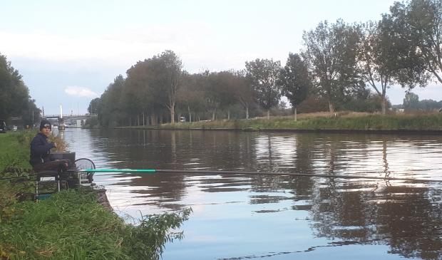 <p>&nbsp;Keano Jansen langs het Beukerskanaal in Steenwijk.&nbsp;</p>