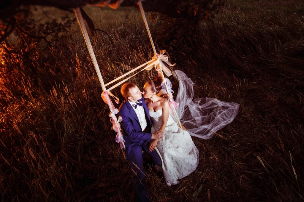A beautiful married pair is swinging against the field background. Foto: Andrey Mayatnik © Alblasserwaard