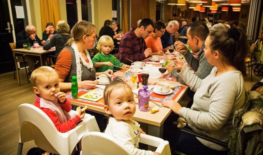 • Ook de kleine Freek en Lara genieten van het eten in De Grote Aak. (foto: Lya Cattel)