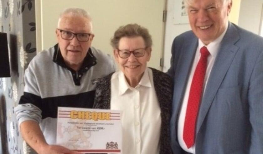 Het echtpaar De Kruik ontvangt een cheque van wethouder Vlaar. Foto: gemeente Montfoort