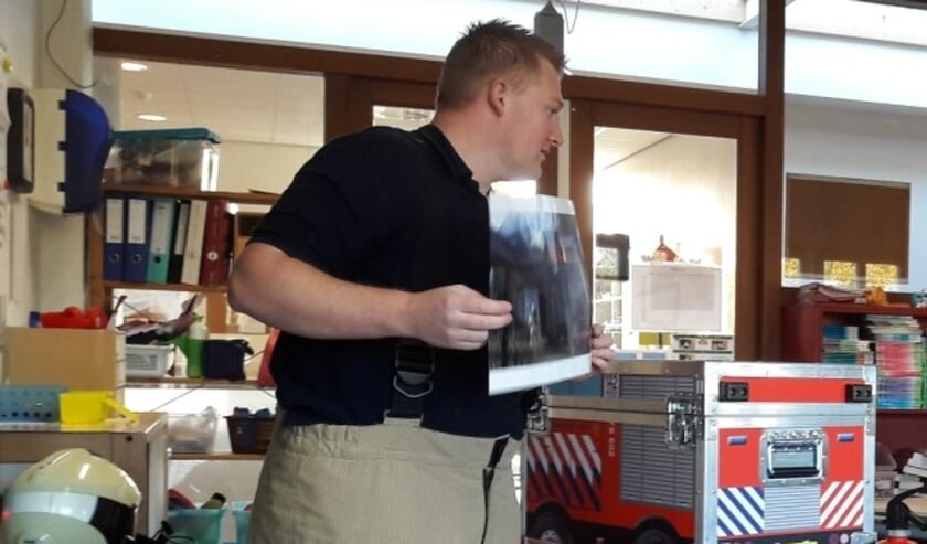 Brandweerman Edwin met de speciale brandweerschatkist.