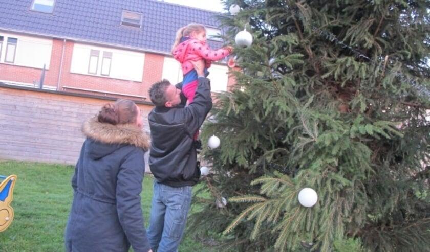 De bewoners konden onder meer hun wensen voor 2017 op kerstballen in een grote kerstboom hangen. FOTO: Wbv Lopik woningbouwvereniging Lopik