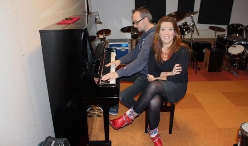 Loes is verantwoordelijk voor de organisatorische en zakelijke kant van de Stichting Muziekhuis Oudewater en haar man Sebastiaan van Zuilen (achter de piano) voor de muzikale kant. (Foto: Sophie Meijer)