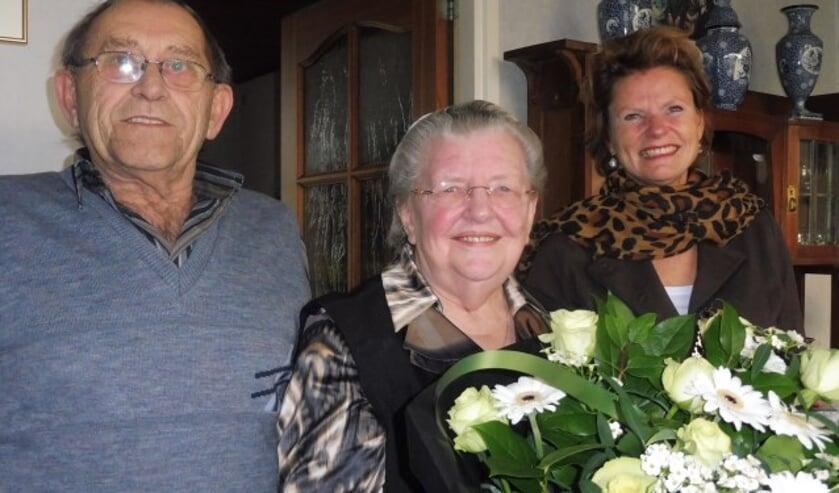 Dirk en Meinie uit Linschoten zijn alweer vijftig jaar getrouowd. Zij werden gefeliciteerd door burgemeester Petra van Hartskamp. (Foto: Janneke Severs-Hilgeman)