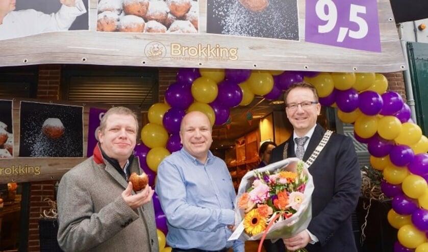Wethouder Huib Veldhuijsen en burgemeester Patrick van Domberg feliciteren Patrick Roelofs van Bakkerij Brokking met het geweldige resultaat. Foto: Bernard Brosi