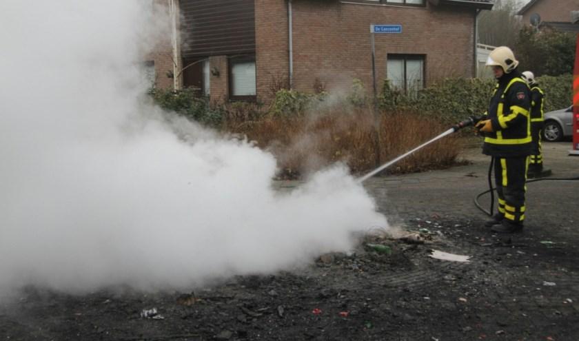 • De brandweer moest meerdere keren terug naar Ophemert. Foto: AS Media