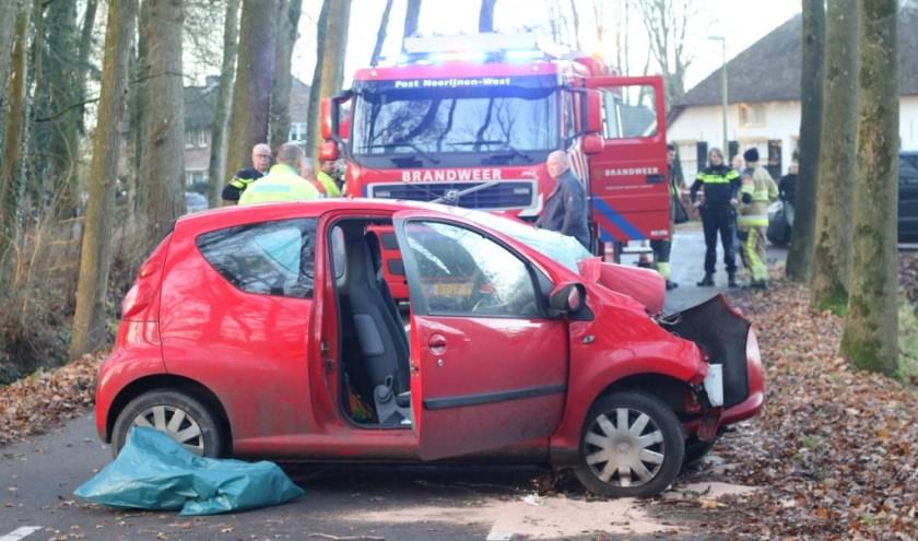 • De automobilist klapte door onbekende oorzaak tegen een boom.
