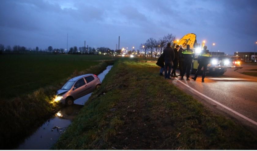 • Hoe de auto in de sloot terecht kon komen, is nog niet bekend. Foto: AS Media