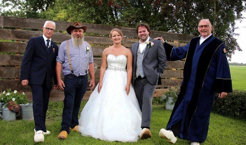 Willem van den Berg (rechts) ten voeten uit; met humor tijdens een huwelijksvoltrekking. Hij was vele jaren ambtenaar van de burgerlijke stand. Archieffoto: Rick den Besten