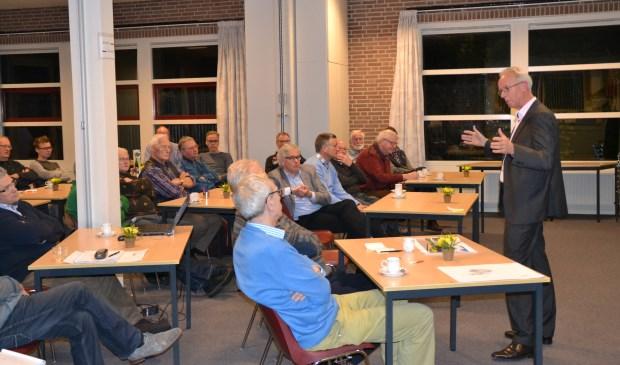 • Jan Boele aan het woord tijdens de informatieavond over het oorlogsmonument. Foto: Antoine de Zeeuw  © Alblasserwaard