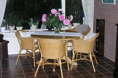 Ronde eettafel met vier rotan stoelen marktplein | Het