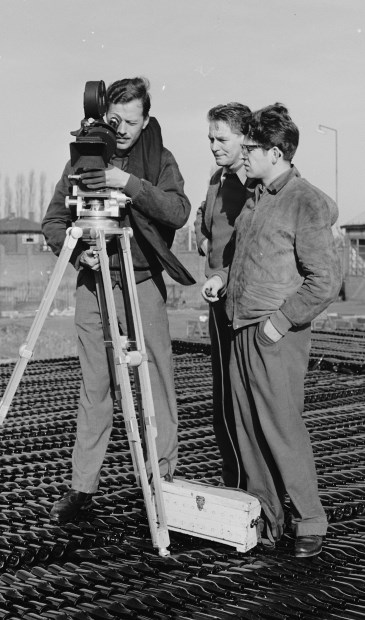 • Bert Haanstra filmt in Leerdam.