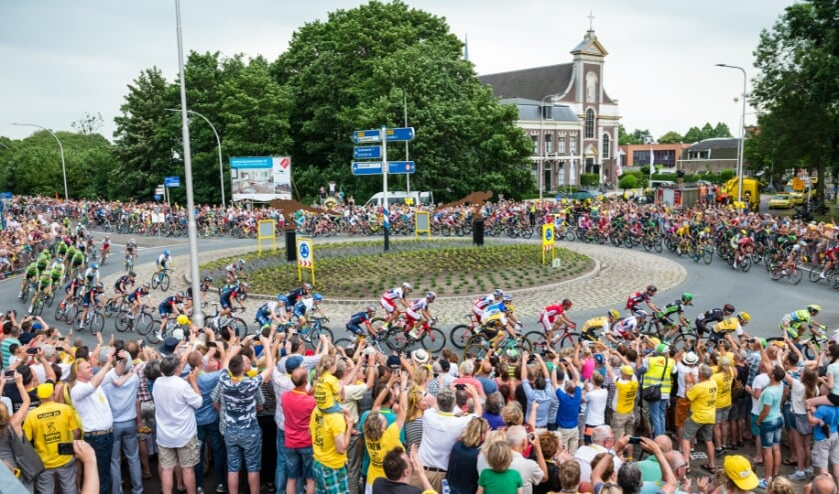 <p>&bull; Het langgerekte Tourpeloton passeert in 2016 de rotonde te Haastrecht, gadegeslagen door duizenden toeschouwers.</p>