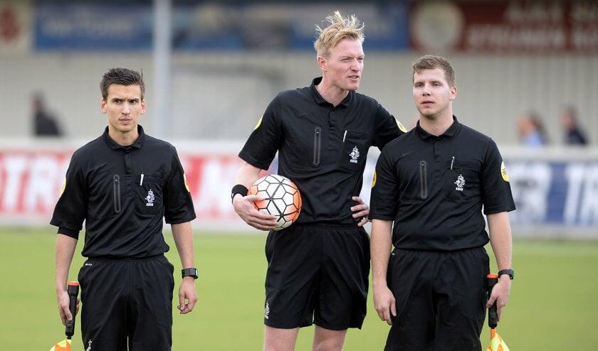 Het arbitrale trio dat de competitiewedstrijd Kozakken Boys-GVVV staakte. Foto: Teus Admiraal