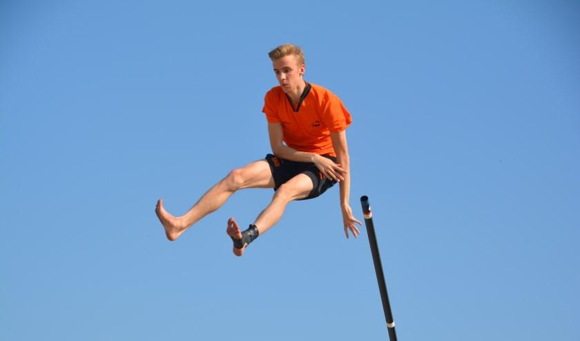 • Stijlvolle afsprong onder een strakblauwe lucht. (foto: Ronald Timmerman)