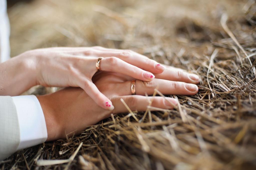 Male and female hand on straw on the wedding Foto: Liza Galitskaya © Alblasserwaard
