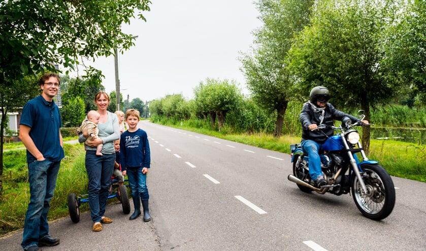 • Het gezin Van der Vorm met een passerende motorrijder (die verder niets met de inhoud van dit verhaal te maken heeft.) Foto: Stephan Tellier