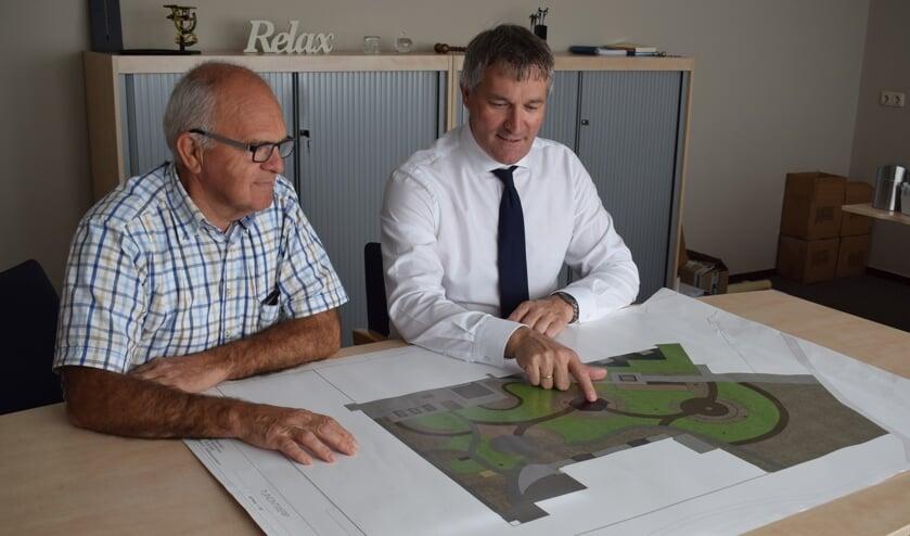 • Geert de Kock en Cor van de Craats buigen zich over het ontwerp, gemaakt door Hans van Horssen.