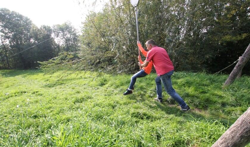 • Peter van den Heuvel met zoon Bart in de speelpolder.