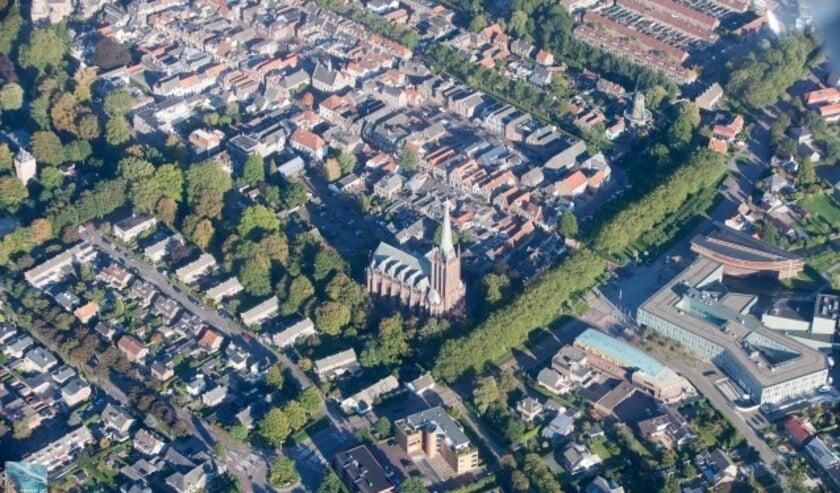 Een luchtfoto van boven IJsselstein van dezelfde piloot waarmee de winnaar een rondvlucht boven IJsselstein gaat maken. Ook te winnen: een rondleiding bovenin de Gerbrandytoren. (Foto: Jeroen Komen)
