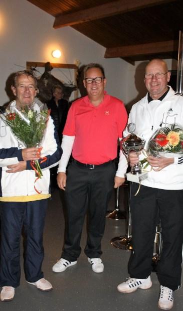 • Naamgever Van Wijk (midden) met de wisselbekerhouders Lodewijk Beerman en Bert Herremans na afloop van de prijsuitreiking in 2016.