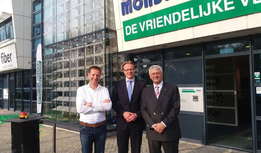 • Stan de Ridder (Wellsun), wethouder Peter Verheij en Tom Stuij (Mondial Movers). Foto: Mondial Movers
