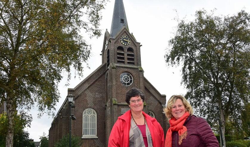 • Sandra Siebkes en Gerda Verwaal-Bode voor de Ammerse kerk, waar de lezing vrijdag de 17e plaatsvindt.
