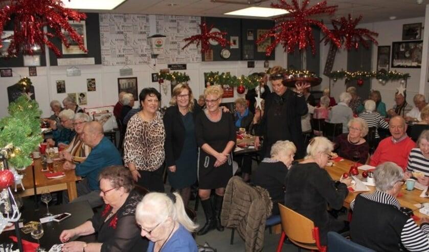 Soela van Woudenberg, Paulien Gerritsen en Cerile van Doorn tijdens de kerstlunch. (Foto: Lysette Verwegen)