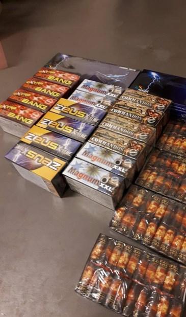 • Een klein deel van het aangetroffen illegale vuurwerk.