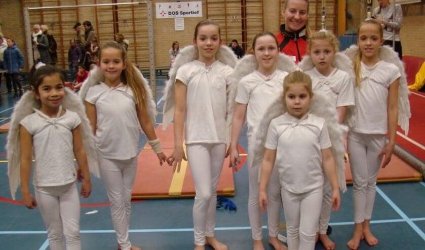 In sportzaal zijn turnsters van DOS Sportief voor even zwevende engelen. (Foto: Cees van Cuijlenburg)