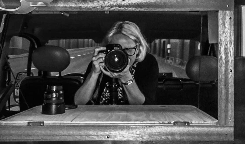 • José Donatz met fototoestel in de Soepbus.