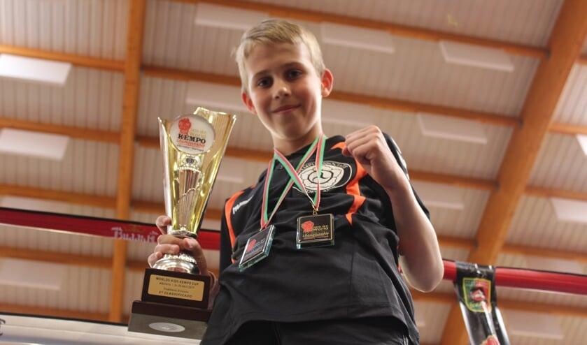 • Rik met zijn medailles en beker van het WK Kempo in Portugal.